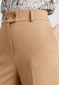Warehouse - BUTTON TAB TROUSER - Kalhoty - camel - 4
