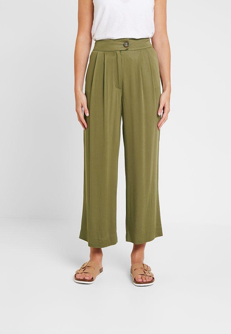 Warehouse - CROP PLEAT FRONT TROUSER - Pantalon classique - khaki