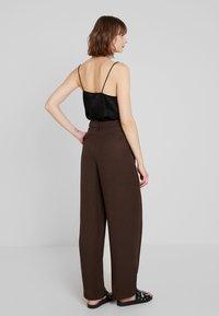 Warehouse - WIDE LEG TROUSER - Pantaloni - chocolate - 2