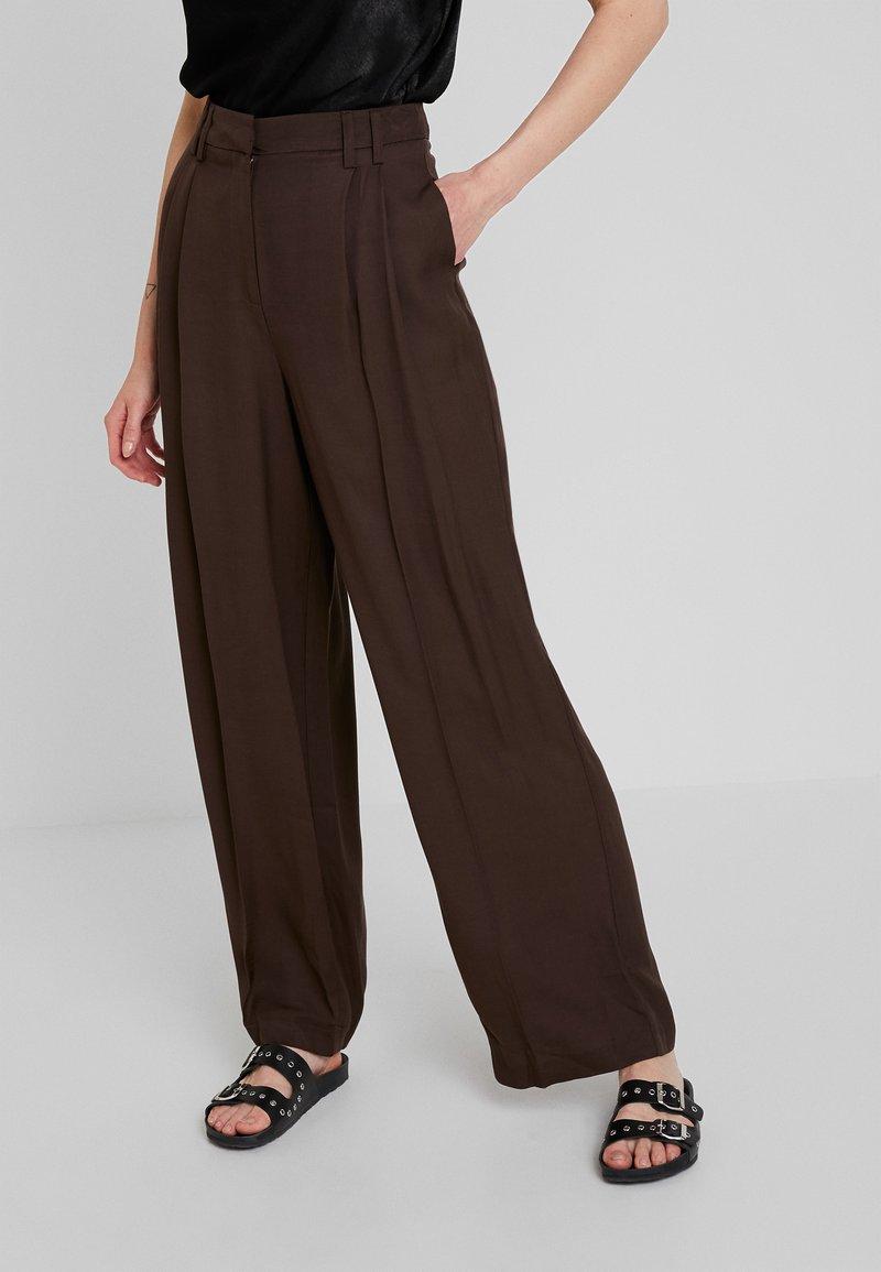 Warehouse - WIDE LEG TROUSER - Pantaloni - chocolate