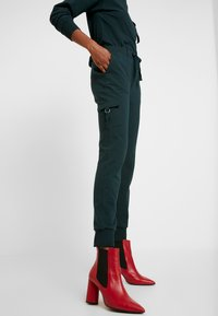 Warehouse - UTILITY - Tracksuit bottoms - green