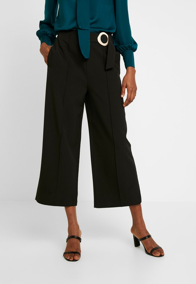 STATEMENT BUCKLE WIDE CROP TROUSER - Kangashousut - black