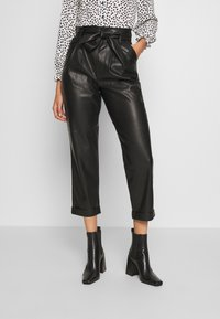 Warehouse - BELTED TROUSER - Spodnie materiałowe - black - 0