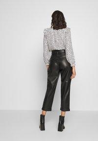 Warehouse - BELTED TROUSER - Spodnie materiałowe - black - 2