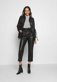 Warehouse - BELTED TROUSER - Spodnie materiałowe - black - 1