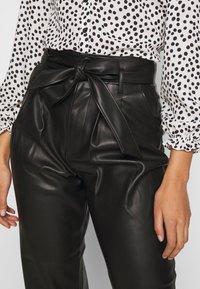 Warehouse - BELTED TROUSER - Spodnie materiałowe - black - 4
