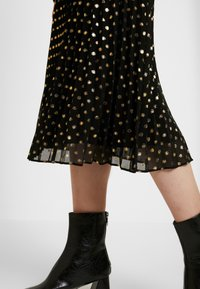 Warehouse - PLEATED MIDI SKIRT - Gonna a campana - gold - 3