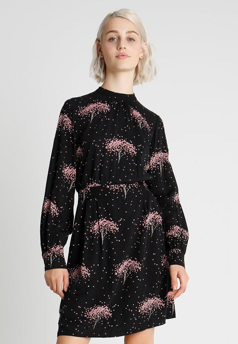 Warehouse - STAR TREE PRINT FLIPPY DRESS - Freizeitkleid - black