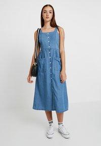 Warehouse - STRAPPY BUTTON THROUGH DRESS - Maxi dress - mid wash - 1
