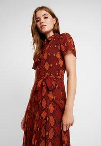 Warehouse - SNAKE PRINT PLEATED MIDI DRESS - Košilové šaty - orange - 4