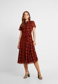 Warehouse - SNAKE PRINT PLEATED MIDI DRESS - Košilové šaty - orange - 2