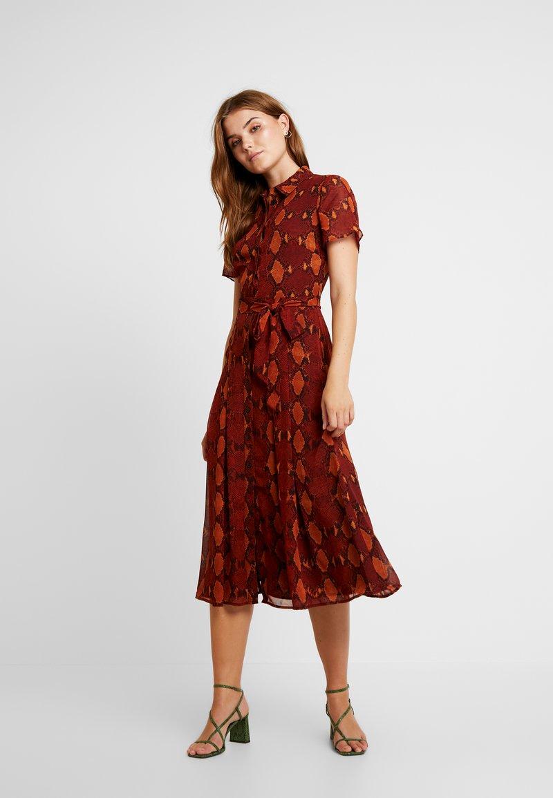Warehouse - SNAKE PRINT PLEATED MIDI DRESS - Košilové šaty - orange