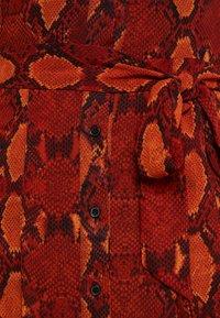 Warehouse - SNAKE PRINT PLEATED MIDI DRESS - Košilové šaty - orange - 7