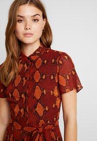 Warehouse - SNAKE PRINT PLEATED MIDI DRESS - Košilové šaty - orange - 5