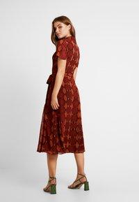 Warehouse - SNAKE PRINT PLEATED MIDI DRESS - Košilové šaty - orange - 3