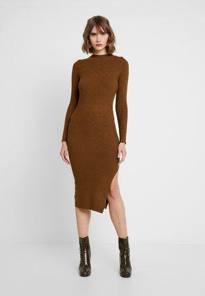 DIAMOND BUTTON SHOULDER DRESS - Strikket kjole - chocolate
