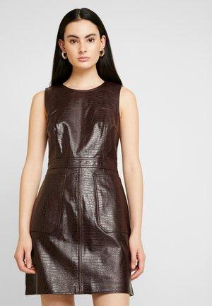Pouzdrové šaty - berry