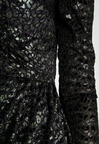 Warehouse - BURNOUT WRAP DRESS - Sukienka koktajlowa - green - 6