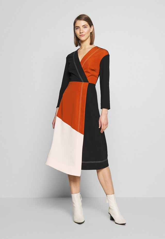 COLOURBLOCK ASYMETRIC DRESS - Vapaa-ajan mekko - black/brown