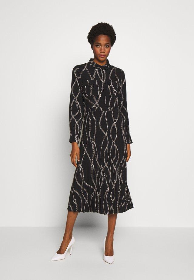 CHAIN PRINT PLEATED MIDI SHIRT DRESS - Maxi šaty - black