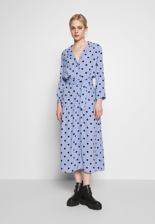 LARGE SPOT PRINT TIERED LAPEL DRESS - Skjortekjole - blue