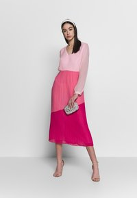 Warehouse - PLEATED COLOUR BLOCK MIDI DRESS - Day dress - multi - 1