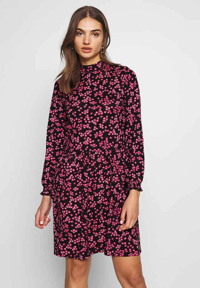 PINK FLORAL TIERED DRESS - Korte jurk - black