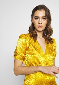 Warehouse - BUTTON THROUGH JACQUARD DRESS - Day dress - ochre - 3