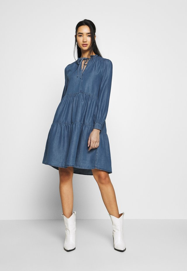 TIERED SWING DRESS - Jeanskleid - mid wash