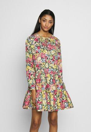 SOPHIA FLORAL TIERED MINI DRESS - Kjole - multi
