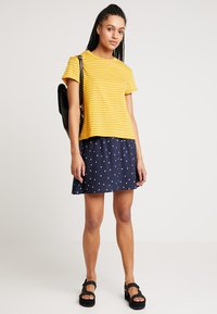 Warehouse - STRIPE CASUAL FIT TEE - T-shirt print - mustard & white - 1