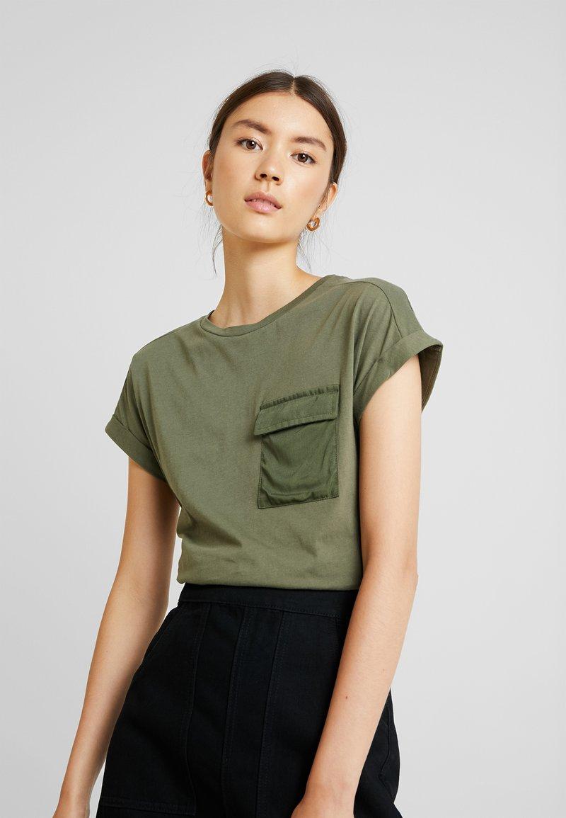 Warehouse - UTILITY - Print T-shirt - khaki