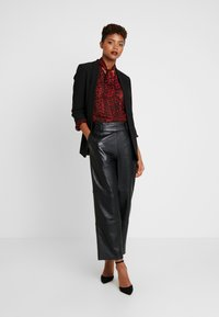Warehouse - FEATHER PUSSYBOW BLOUSE - Camisa - red - 1
