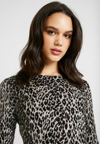 Warehouse - ANIMAL PRINT - Jumper - grey