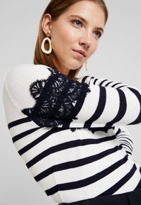 Warehouse - STRIPE HIGH NECK - Trui - ivory/navy - 4