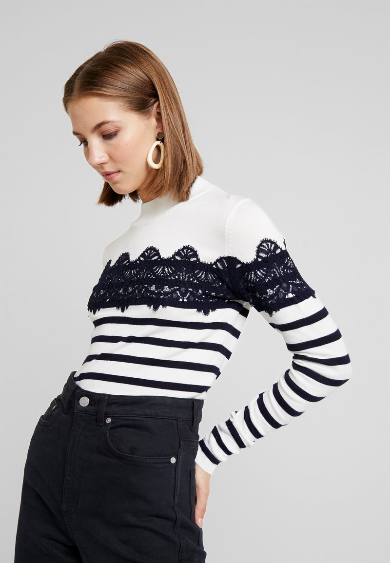 Warehouse - STRIPE HIGH NECK - Trui - ivory/navy