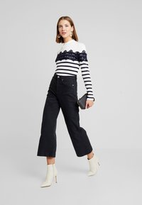 Warehouse - STRIPE HIGH NECK - Trui - ivory/navy - 1
