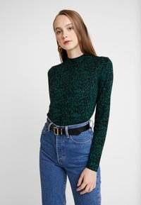 Warehouse - ANIMAL PRINT FUNNEL NECK JUMPER - Sweter - green - 0