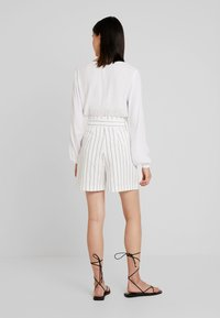 Warehouse - STRIPE CITY - Shorts - white/black - 2