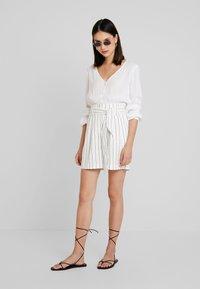 Warehouse - STRIPE CITY - Shorts - white/black - 1