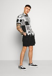 Warehouse - BLANKET PRINT - Skjorta - white/black - 1