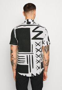 Warehouse - BLANKET PRINT - Skjorta - white/black - 2