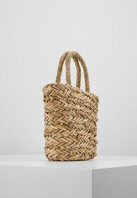 Warehouse - SHRIMPS JEWELLED BUCKET BAG - Kabelka - natural - 3