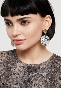 Warehouse - SNAKE DISC DROP EARRINGS - Oorbellen - grey - 1