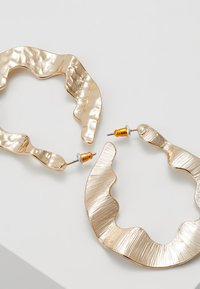 Warehouse - CRUSHED ORGANI - Earrings - gold-coloured - 3