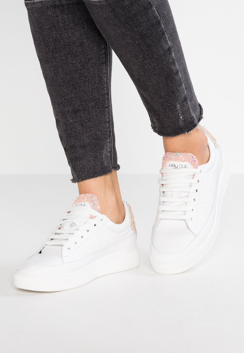 WAY OUT LONDON - Trainers - bianco/glitter rosa