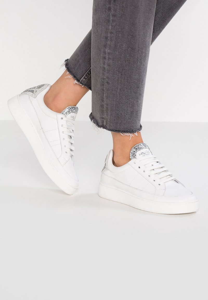 WAY OUT LONDON - Trainers - bianco/glitter argento