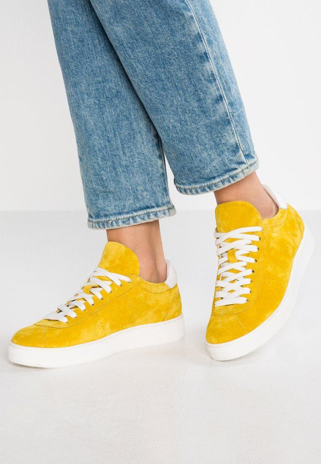 Sneakers laag - giallo/bianco