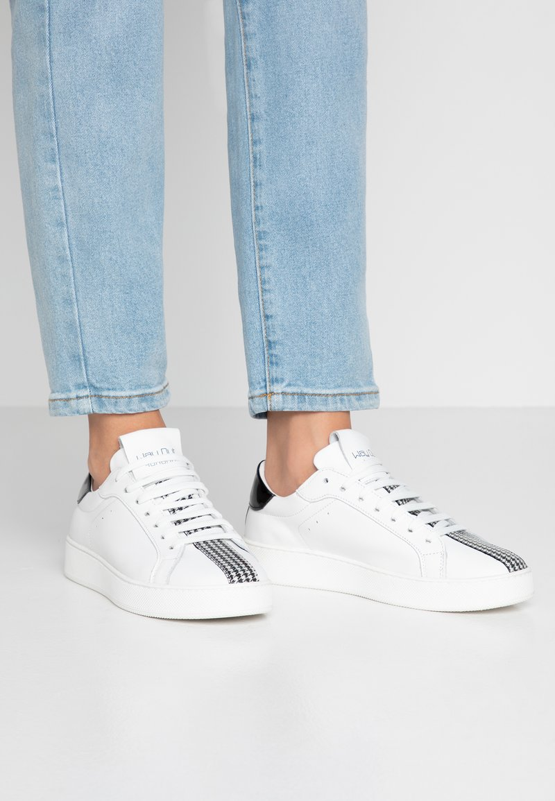 WAY OUT LONDON - Sneaker low - bianco/nero