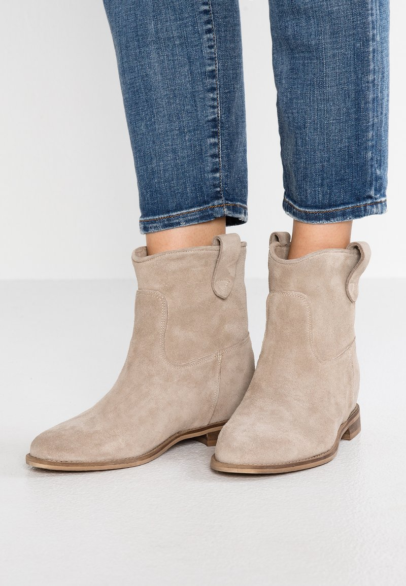 WAY OUT LONDON - Cowboy/biker ankle boot - earth